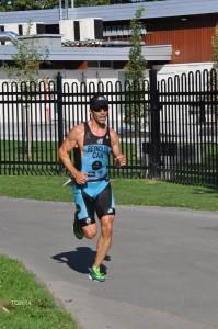 Belle course de P. Reynolds, qui complète son 10km en 35min, après 1.5km de nage et 40km de vélo.